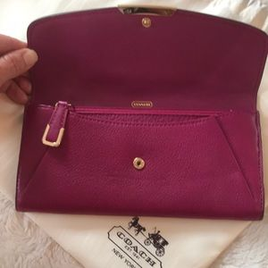 🌸Coach NWOT Leather wallet in Berry.